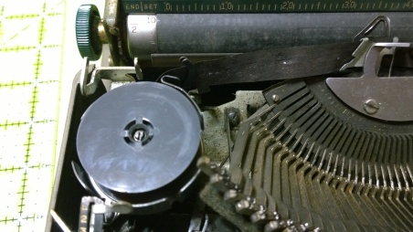 A small look at the platen and the state of the felt under the typebars. The original metal spools did not come with it. I have some proof it was used into the 80's, so it makes sense.